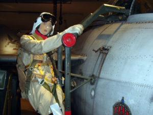 """Ängelholms flygmuseum är värd ett besök. Här en tidstrogen docka (pilot) som embarkerar en J 29 F. Den """"flygande tunnan"""" tjänstgjorde i Flygvapnet 1951–74."""