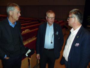 Generallöjtnant Anders Silwer i samspråk med moderatorn Sven-Christer Nilsson och Hans Wallmark (M), Ängelholm, ledamot i riksdagens försvarsutskott.