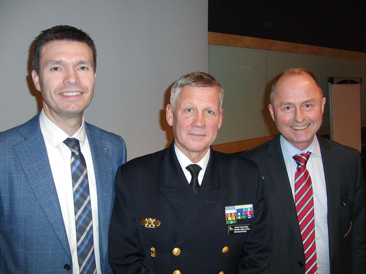Vid försvarsmötet i Malmö deltog forskaren Charly Salonius-Pasternak, kommendör Jonas Wikström och forskningsledare Robert Dalsjö. Foto: Pontus Persson.